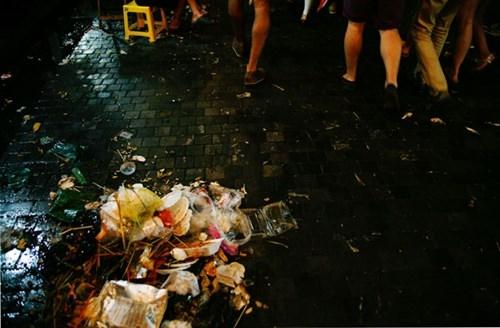 Quanh Hồ Gươm ngập rác sau 3 ngày thí điểm phố đi bộ - ảnh 5