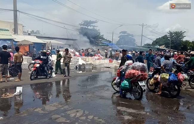 TP. HCM: Cháy lớn tại chợ đầu mối nông sản Thủ Đức, tiểu thương ôm đồ tháo chạy - Ảnh 1.