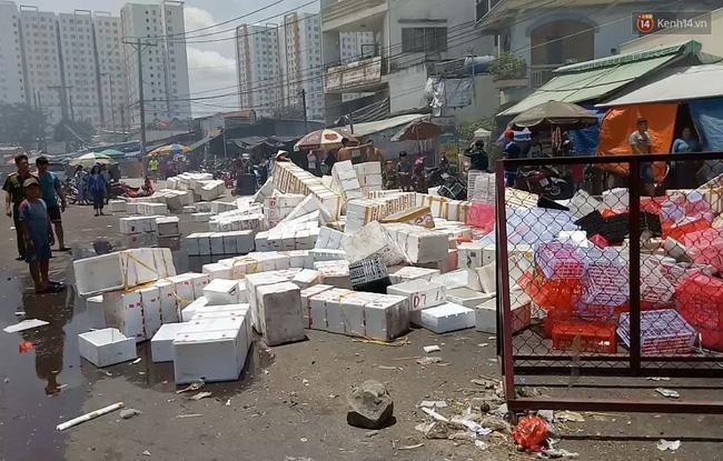 TP. HCM: Cháy lớn tại chợ đầu mối nông sản Thủ Đức, tiểu thương ôm đồ tháo chạy - Ảnh 2.