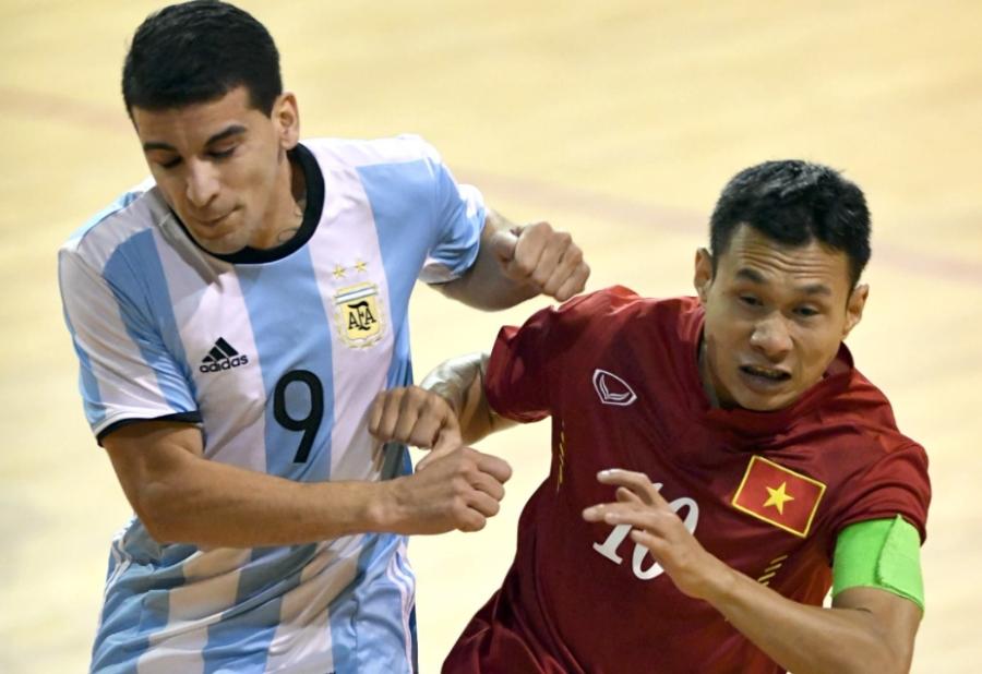 Bảo Quân (10) ghi bàn nâng tỷ số lên 2-0 cho tuyển futsal Việt Nam bằng cú volley đẹp mắt ở hiệp 1 của trận đấu.