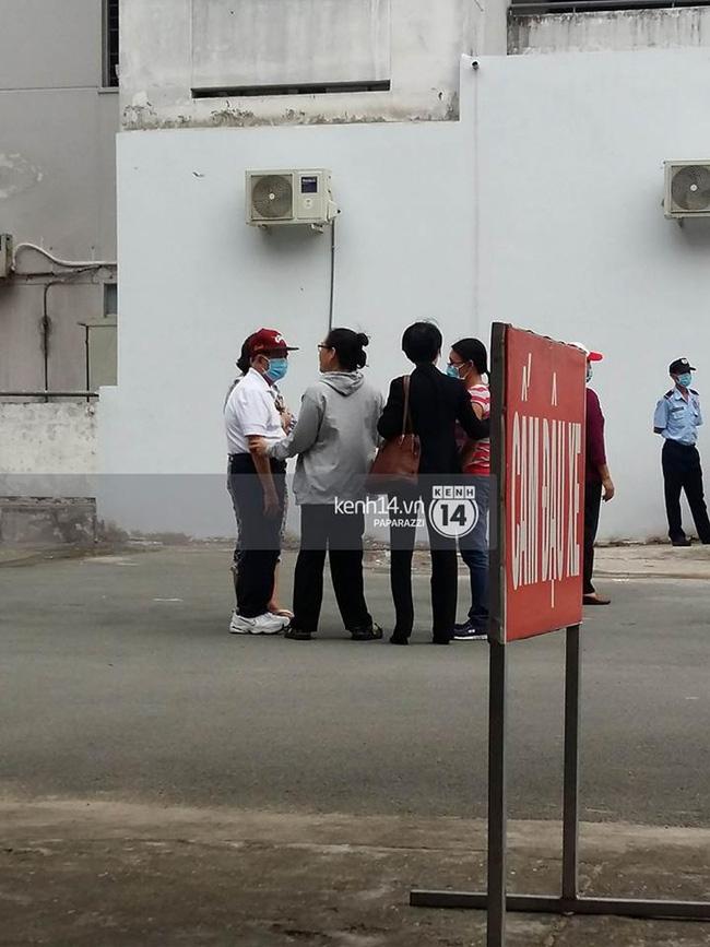 Bố Minh Thuận có mặt bệnh viện để theo dõi tình hình của con trai - Ảnh 1.