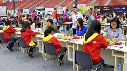 Bốn tuyển thủ nữ Việt Nam thi đấu với Trung Quốc.