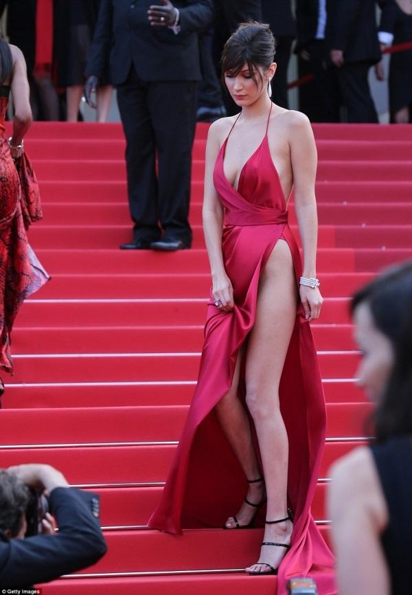 Bella Hadid sexy mọi góc nhìn.