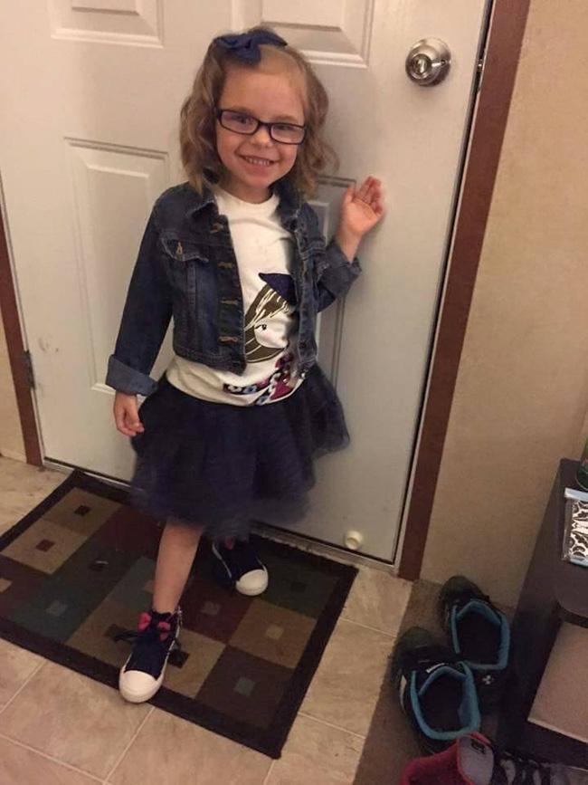 Gương mặt trước và sau ngày khai giảng của cô bé này cho thấy sự thật phũ phàng khi phải đi học - Ảnh 1.