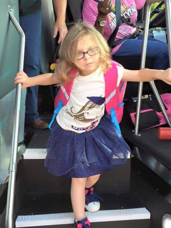 Gương mặt trước và sau ngày khai giảng của cô bé này cho thấy sự thật phũ phàng khi phải đi học - Ảnh 2.