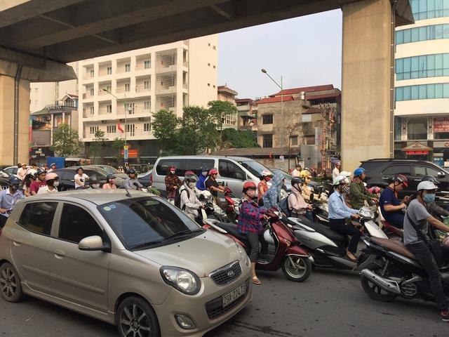 Sáng ngày khai trường, giao thông không quá ùn tắc song tại một số điểm nóng giao thông vẫn xảy ra ùn ứ cục bộ. (Ảnh: Kim Tân)