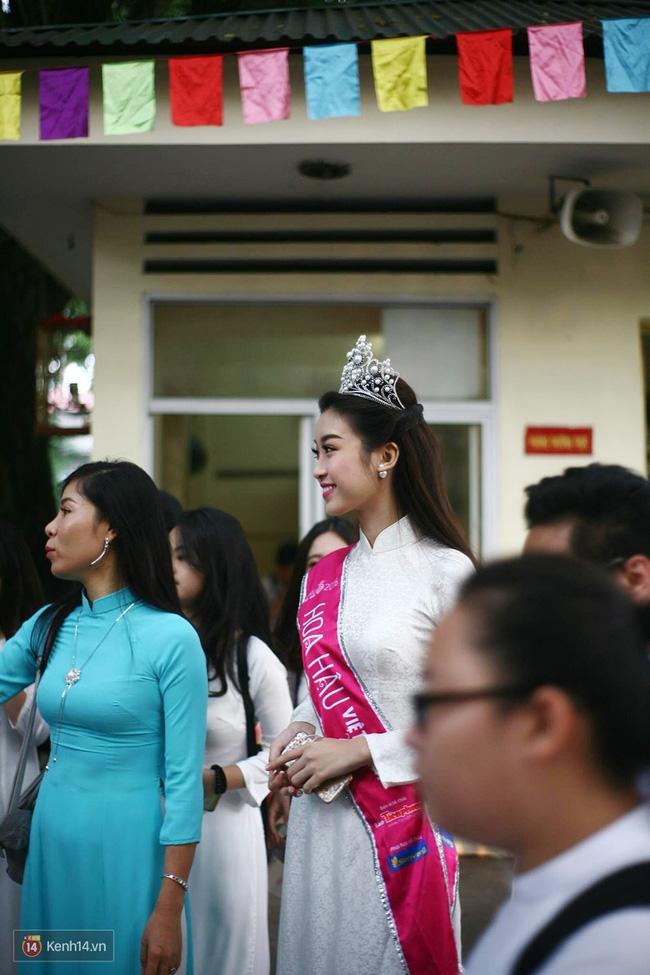 Hoa hậu Mỹ Linh xuất hiện rạng rỡ tham dự lễ khai giảng tại trường Việt Đức - Ảnh 1.