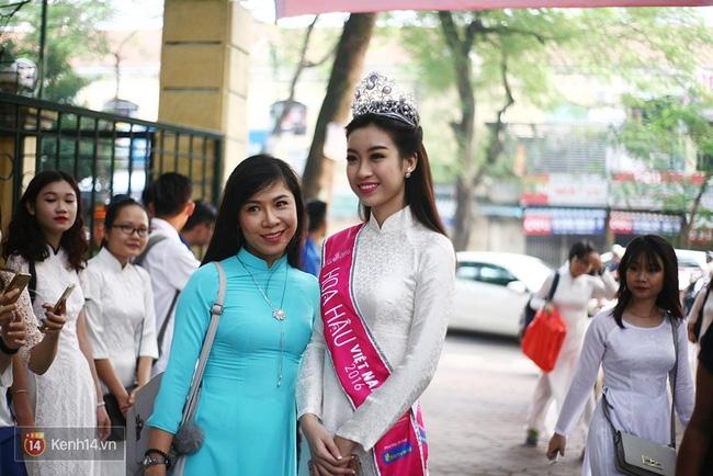 Hoa hậu Mỹ Linh xuất hiện rạng rỡ tham dự lễ khai giảng tại trường Việt Đức - Ảnh 2.