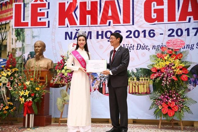 Hoa hậu Mỹ Linh xuất hiện rạng rỡ tham dự lễ khai giảng tại trường Việt Đức - Ảnh 25.