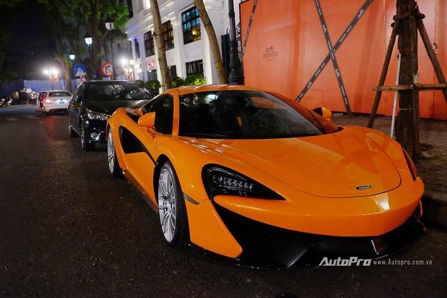 Vẻ đẹp McLaren 570S màu cam trên phố đêm tại Hà thành.