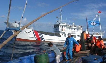 Tàu hải cảnh Trung Quốc tiến sát để uy hiếp tàu cá Philippines tại bãi cạn Scarborough ngày 12/6. Ảnh: Philstar.