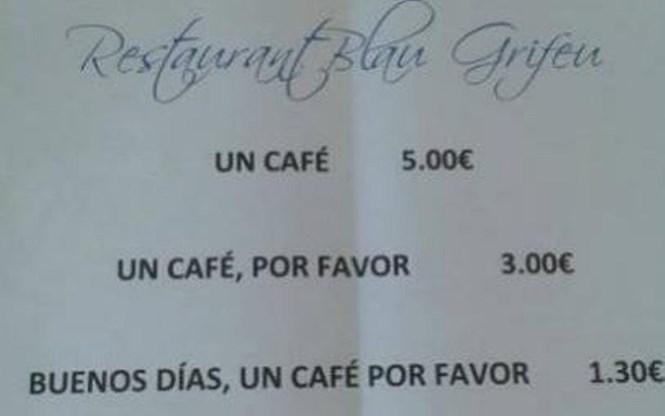 Tấm biển treo ở nhà hàng-cà phê Blau Grifeu quy định cách tính giá cà phê dựa vào thái độ của khách hàng khi gọi cà phê /// Ảnh: Twitter
