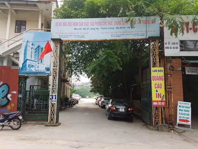 Khu đất vàng 10.000 m2 của Tổng công ty Đường sắt Việt Nam tại số 31 Láng Hạ (Hà Nội) đang được biến thành Dự án nhà điều hành sản xuất, văn phòng cho thuê, chung cư và trung tâm thương mại. Tuy nhiên 2 năm nay khu đất này trong tình trạng án binh bất động, trở thành nơi trông giữ ô tô.