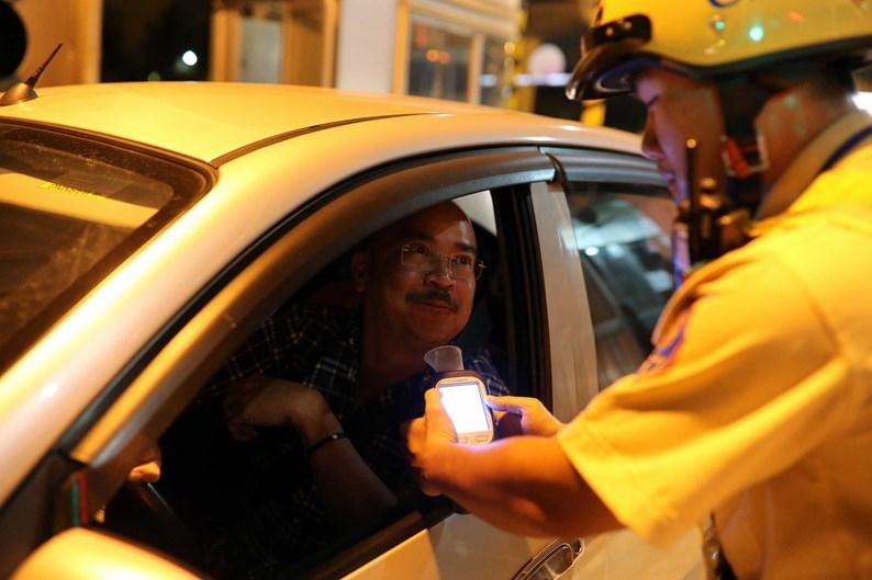 Diễn viên Hoàng Sơn khi qua trạm thu phí Rạch Chiếc được CSGT yêu cầu kiểm tra nồng độ cồn