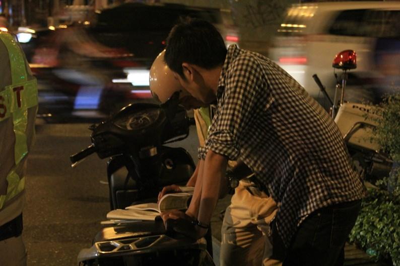 Theo một lãnh đạo đội CSGT Tân Sơn Nhất, nhiều người say xỉn khi chạy xe nhìn rất bình thường nhưng đến khi vừa dừng xe lại thì đứng không vững, vậy mới thấy sự nguy hiểm của việc uống rượu bia rồi điều khiển xe