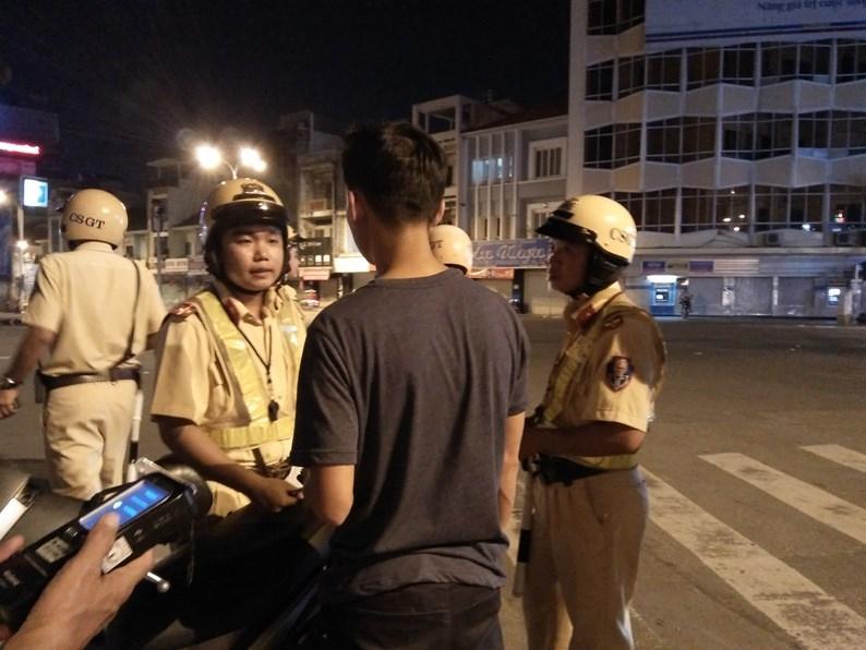 Lãnh đạo đội CSGT Tân Sơn Nhất đứng chốt tại Ngã tư Phú Nhuận cho biết, một số trường hợp vi phạm nồng độ cồn nhưng không ký biên bản, năn nỉ được phạt tại chỗ để lấy xe về đi làm. Tuy nhiên, theo Nghị định số 46 thì tất cả các trường hợp vi phạm về nồng độ cồn đều bị tạm giữ phương tiện 7 ngày