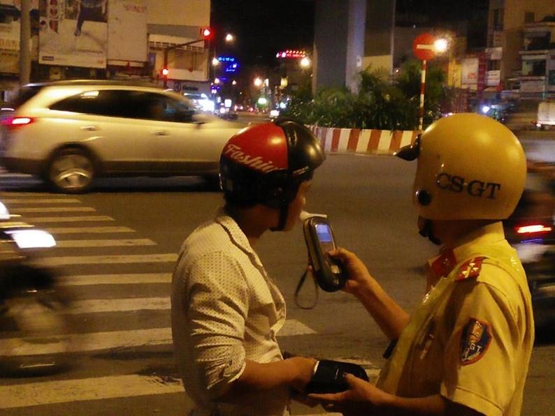 Mỗi đêm, Đội CSGT Hàng Xanh cũng xử lý từ 7 - 10 trường hợp người điều khiển phương tiện vi phạm nồng độ cồn.