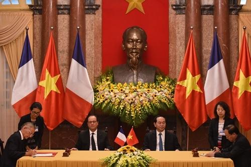 Chủ tịch nước Trần Đại Quang và Tổng thống Pháp Francois Hollande dự lễ ký kết các văn kiện. Ảnh: Giang Huy.