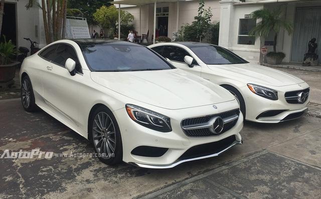 Hai chiếc xe Mercedes-Benz S550 4Matic Coupe và S63 AMG Coupe cùng nhau đỗ tại một bãi gửi xe.