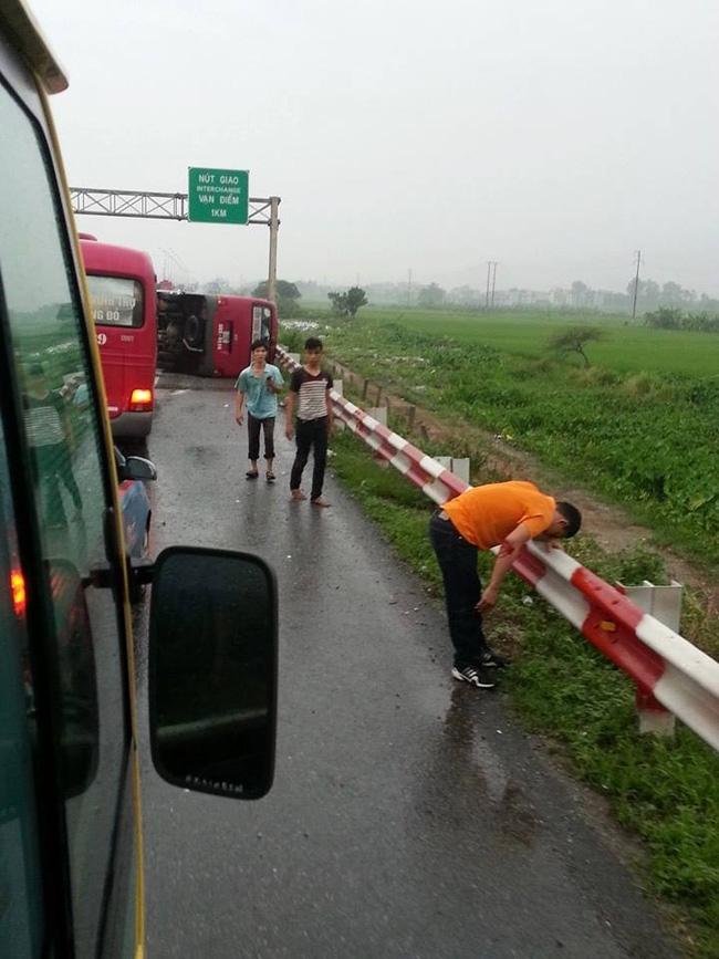 Hà Nội: Xe khách lật trên cao tốc Pháp Vân - Cầu Giẽ, 11 người thương vong - Ảnh 1.