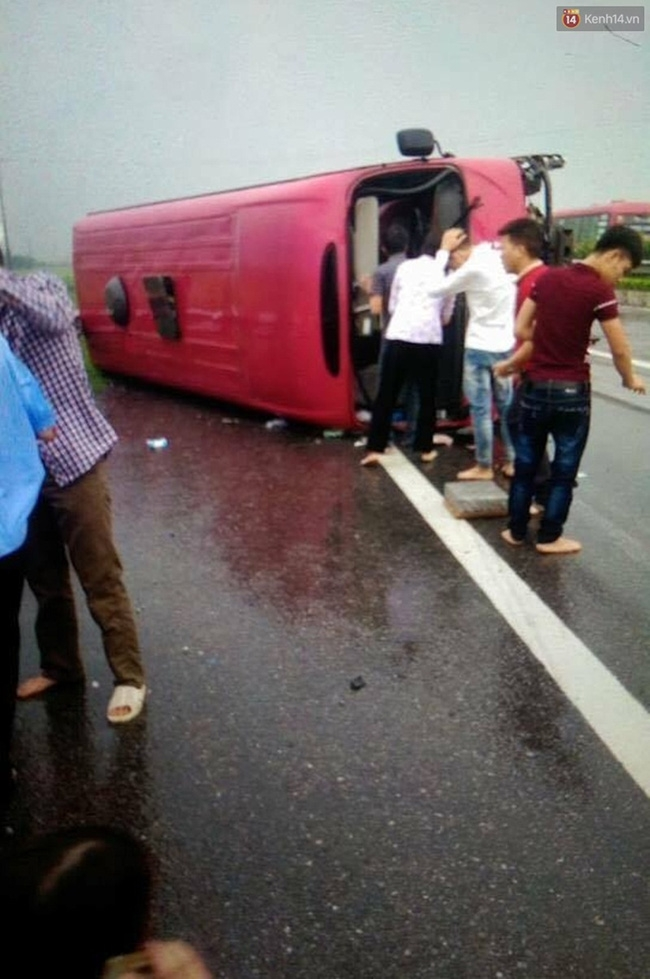 Hà Nội: Xe khách lật trên cao tốc Pháp Vân - Cầu Giẽ, 11 người thương vong - Ảnh 3.