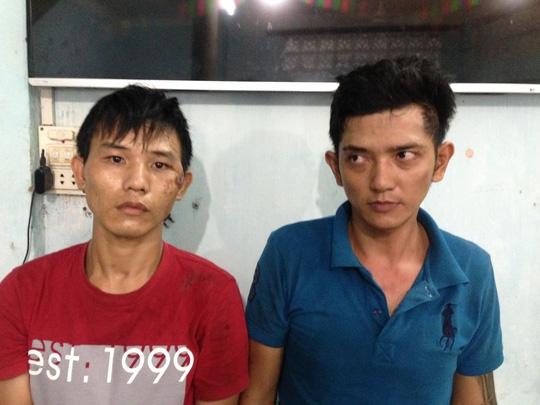 Phạm Công Thành (trái) và Nguyễn Hoàng Nguyên Thảo (phải) tại cơ quan điều tra Công an quận Thủ Đức.