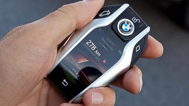 Một trong những chìa khóa ô tô được đánh giá cao nhất ở thời điểm hiện tại là của BMW 7 Series. Đây như một máy tính bảng thu nhỏ khi có màn hình cảm ứng ngay trên thân chìa khóa với nhiều thao tác giao tiếp với xe hơi.