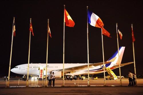 Chuyên cơ của ông Hollande đỗ tại sân bay Nội Bài. Ảnh: Giang Huy