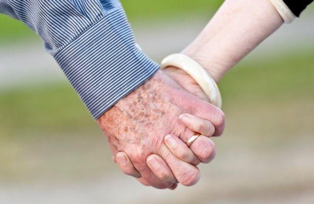 Bức ảnh cụ ông 100 tuổi nắm chặt tay vợ sắp mất sau 77 năm chung sống khiến bao người nghẹn ngào - Ảnh 2.