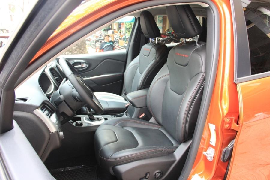 Trong khoang lái xuất hiện ghế bọc da hoặc nỉ với đường chỉ khâu màu đỏ tương phản, đồng hồ công-tơ-mét kỹ thuật số và hệ thống thông tin giải trí với màn hình 8,4 inch.