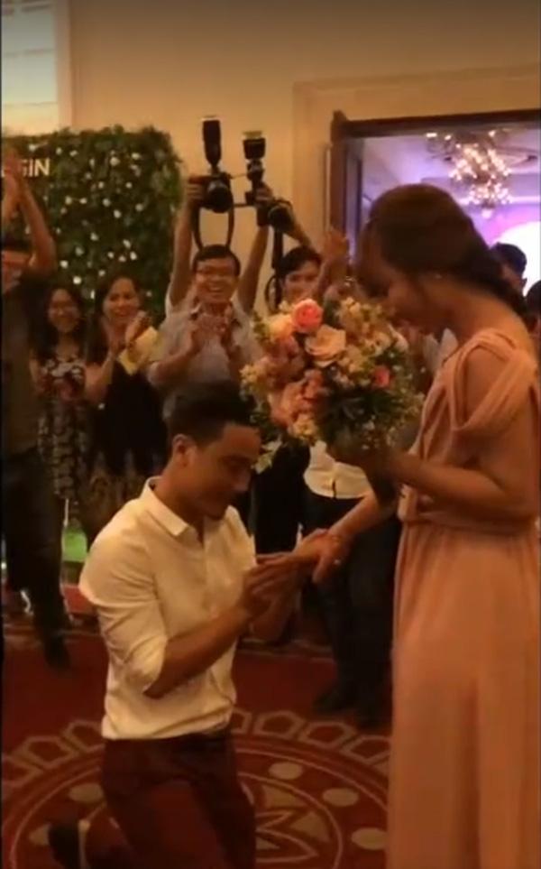 cầu hôn trong đám cưới
