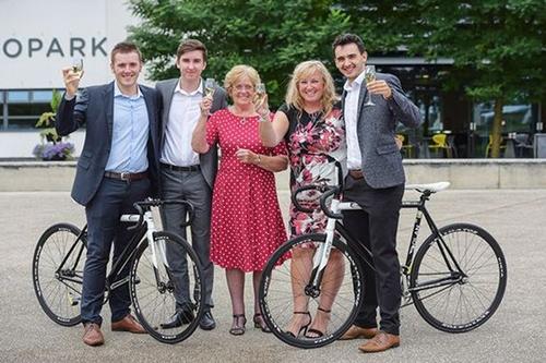 Bà Jane (thứ hai từ phải sang) cùng mẹ và các con trai. Ảnh:Manchester Evening News