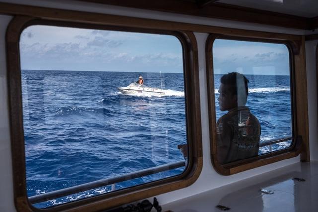 Một tàu tuần duyên Philippines nhìn từ tàu Philippines gần bãi cạn Scarborough hồi tháng 6 (Ảnh: NYT)