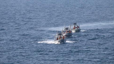 Tàu tấn công nhanh Iran lại cản đầu tàu chiến Mỹ trên Vùng Vịnh - ảnh 1