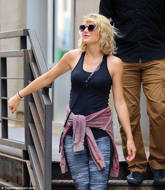 Taylor Swift mỉm cười vui vẻ trên phố sau khi đá Tom Hiddleston - Ảnh 2.