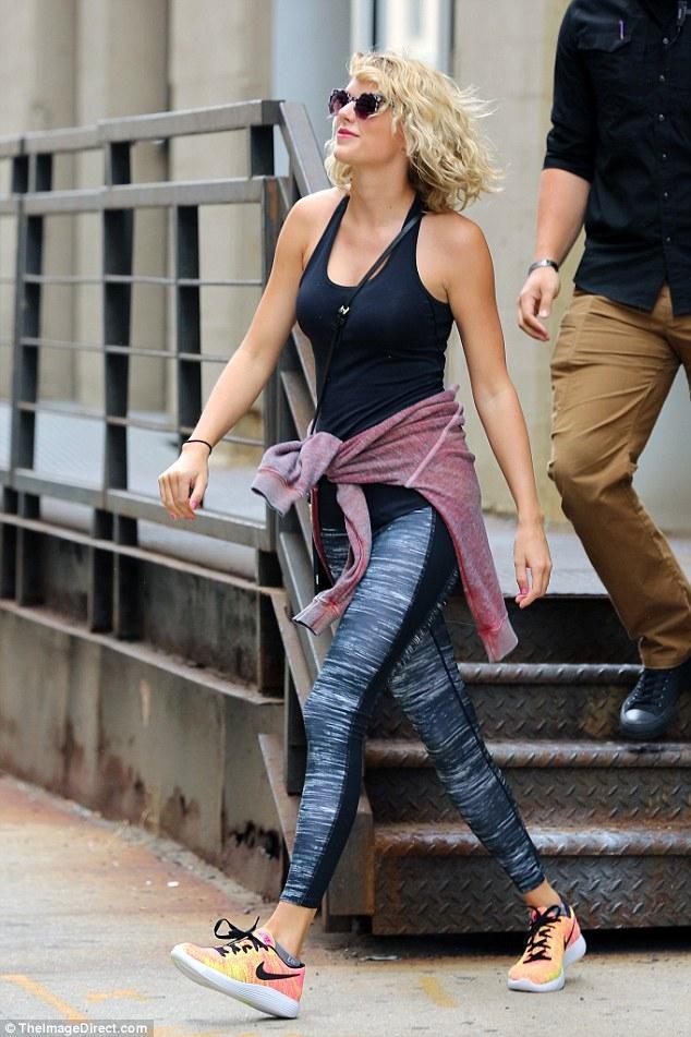 Taylor Swift mỉm cười vui vẻ trên phố sau khi đá Tom Hiddleston - Ảnh 3.