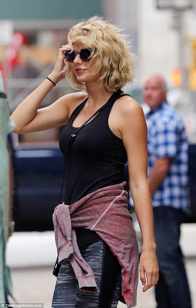 Taylor Swift mỉm cười vui vẻ trên phố sau khi đá Tom Hiddleston - Ảnh 4.