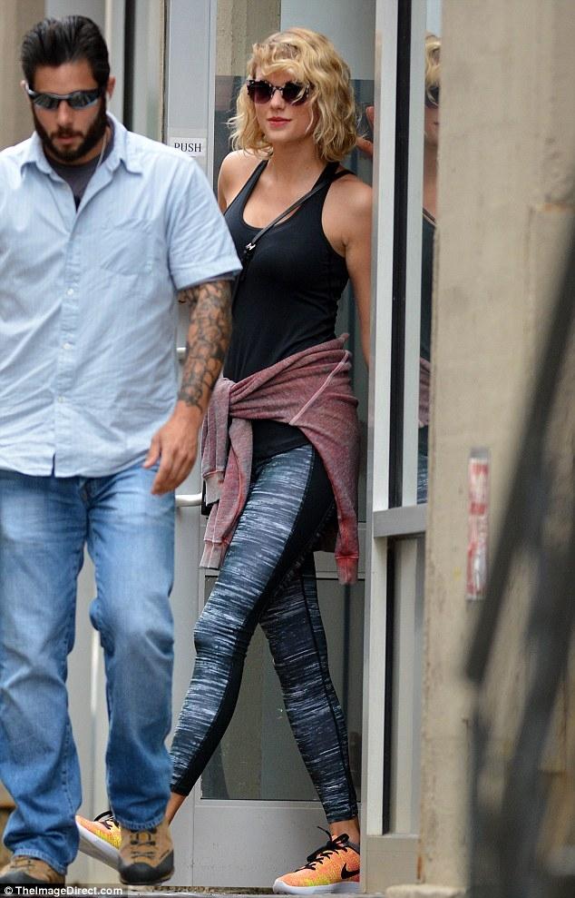 Taylor Swift mỉm cười vui vẻ trên phố sau khi đá Tom Hiddleston - Ảnh 7.