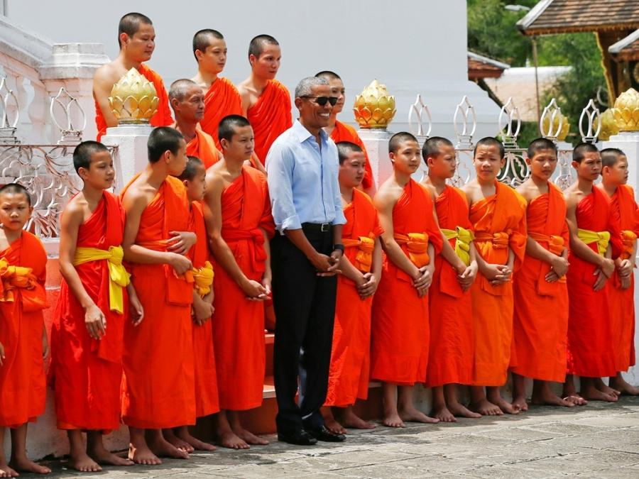 Tong thong Obama dao pho, uong nuoc dua o Lao hinh anh 2