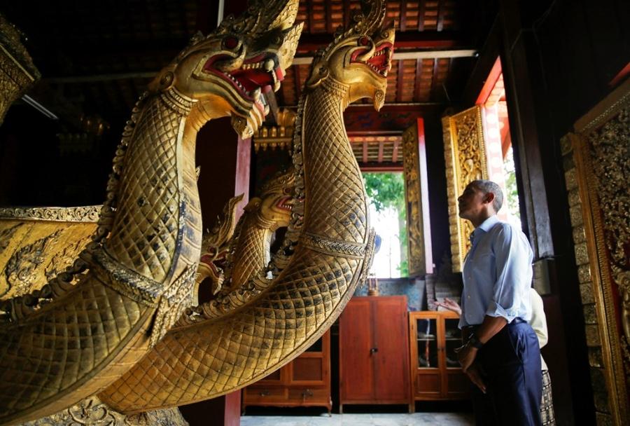 Tong thong Obama dao pho, uong nuoc dua o Lao hinh anh 3