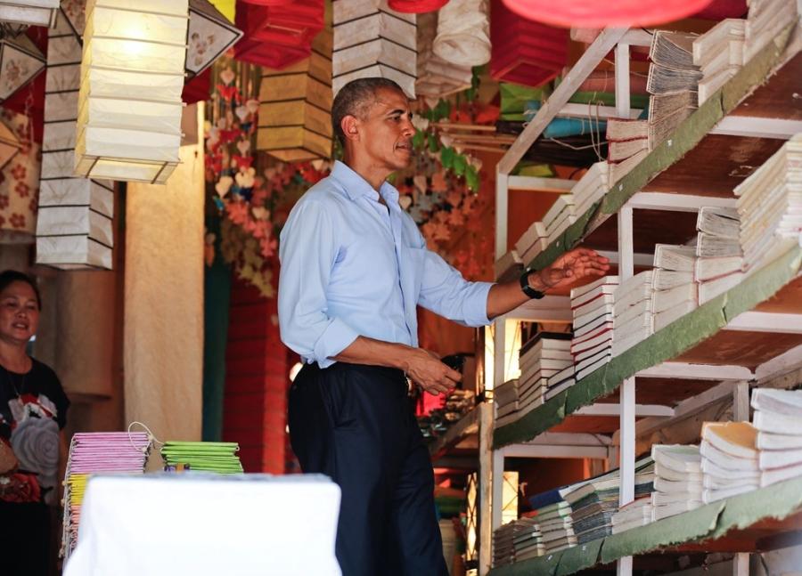 Tong thong Obama dao pho, uong nuoc dua o Lao hinh anh 7