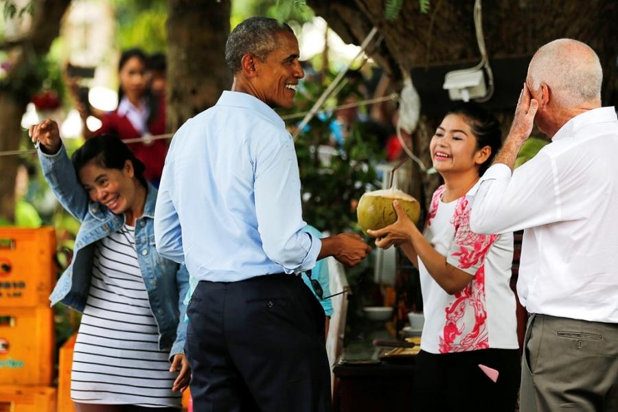 Tong thong Obama dao pho, uong nuoc dua o Lao hinh anh 10