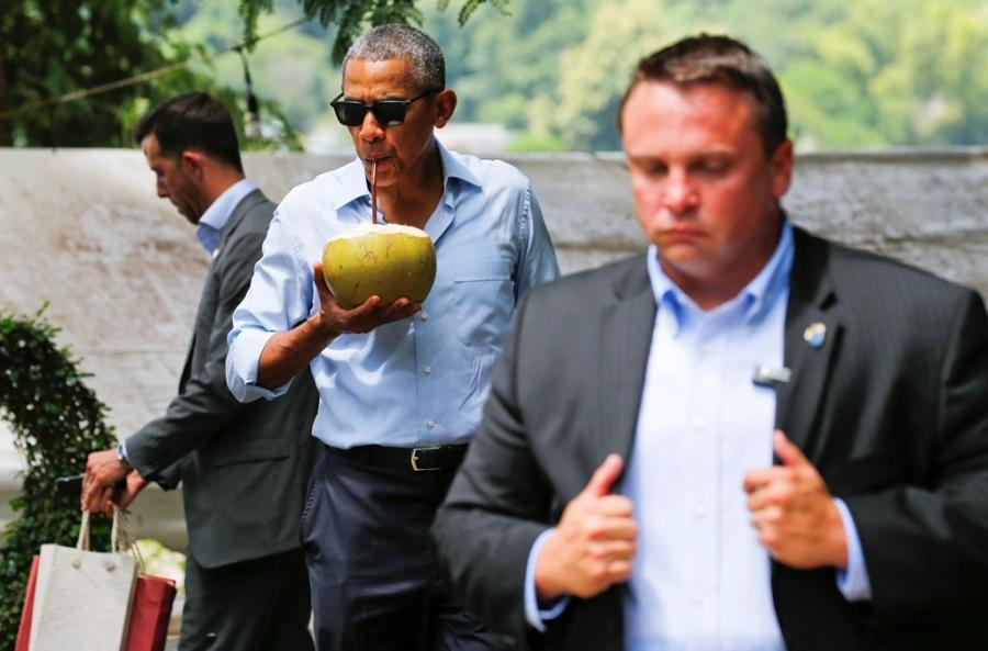 Tong thong Obama dao pho, uong nuoc dua o Lao hinh anh 13