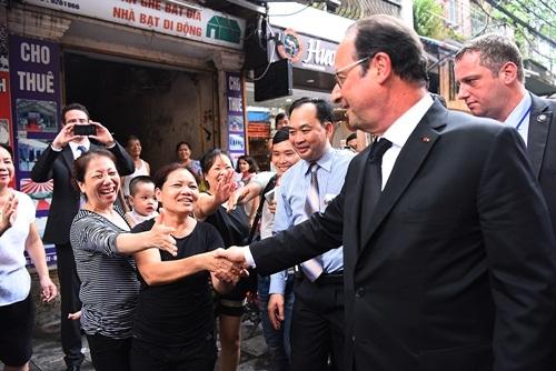 Tổng thống Pháp Francois Hollande bắt tay người dân. Ảnh: Giang Huy.
