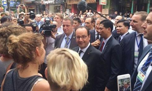 Tổng thống Pháp đứng phía ngoài một quán cà phê trên phố Mã Mây. Ảnh: Văn Việt.