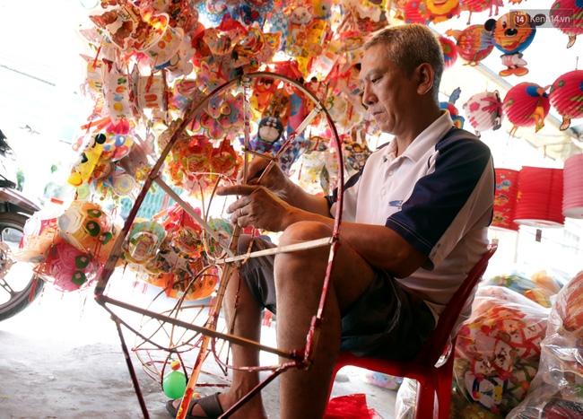 Xóm lồng đèn truyền thống lớn nhất Sài Gòn nhộn nhịp đón Tết Trung thu - Ảnh 1.