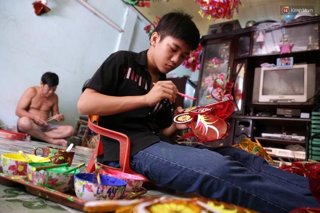 Xóm lồng đèn truyền thống lớn nhất Sài Gòn nhộn nhịp đón Tết Trung thu - Ảnh 8.