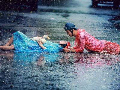 Cặp 9X chụp ảnh cưới với áo mưa, dép tổ ong