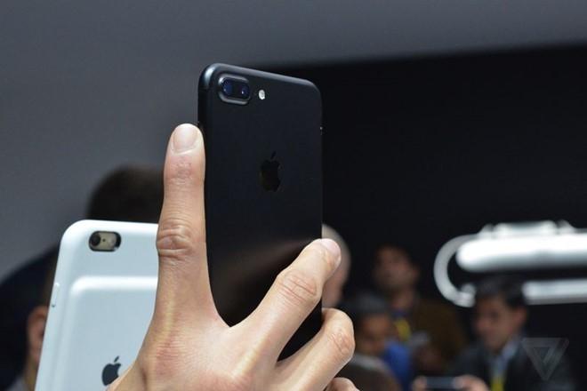 Apple canh bao iPhone 7 mau Jet Black de bi tray xuoc hinh anh 2