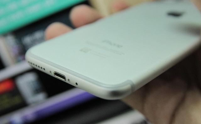 Hình ảnh iPhone 7 tại Việt Nam, vẫn sử dụng cổng kết nối lightning nhưng loại bỏ lỗ cắm tai nghe 3.5mm